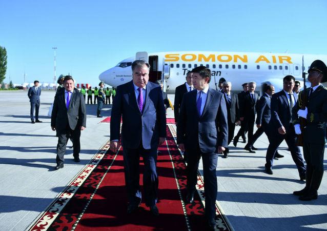 Президент Республики Таджикистан Эмомали Рахмон прибыл в Кыргызскую Республику для участия в очередном заседании Совета глав государств-членов Шанхайской организации сотрудничества. 14 июня 2019 года В международном аэропорту Манас Президента Таджикистана встретил Премьер-министр Кыргызской Республики Мухаммедкалый Абылгазиев.