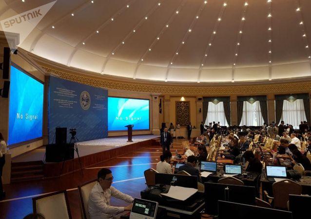 В доме приемов Энесай, куда организаторы саммита собрали всех журналистов, прервалась трансляция мероприятия.