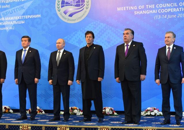 Главы участники заседания Совета глав государств-членов Шанхайской организации сотрудничества (ШОС) в Бишкеке.