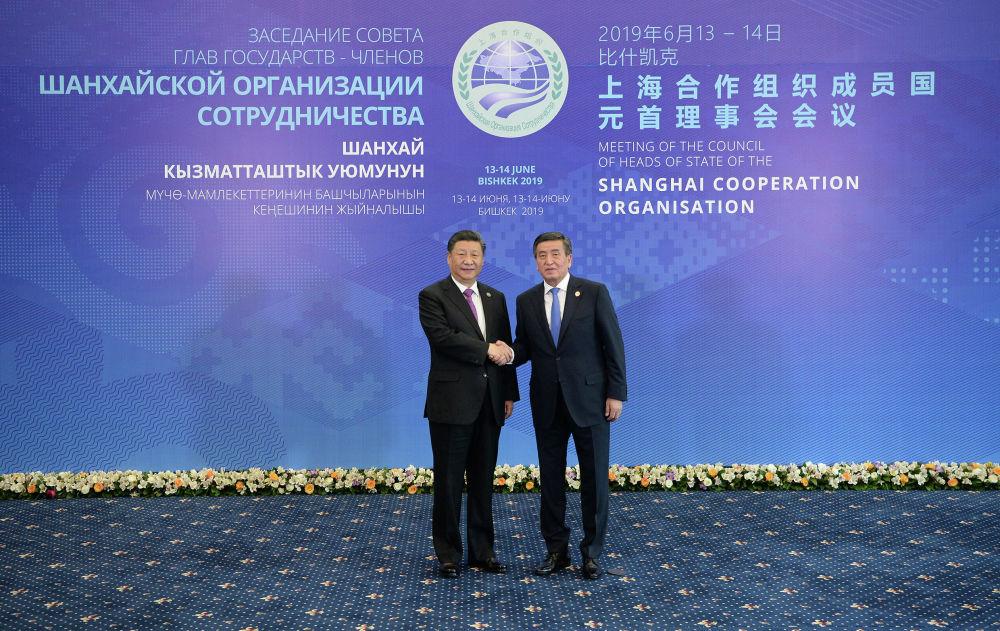 Председатель КНР Си Цзиньпин и Сооронбай Жээнбеков