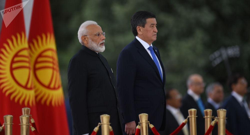 Президент КР Сооронбай Жээнбеков и премьер-министра Индии Нарендра Моди на торжественном приеме в государственной резиденции Ала-Арча в Бишкеке