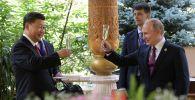 Президент РФ Владимир Путин и председатель КНР Си Цзиньпин (слева) во время встречи в резиденции китайского лидера в Душанбе перед началом саммита Совещания по взаимодействию и мерам доверия в Азии.