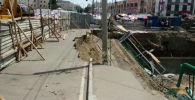 У котлована рядом со строящимся торговым центром на территории Ошского рынка в ночь на 15 июня обрушился тротуар вместе с почвой, сообщил корреспонденту Sputnik Кыргызстан читатель и прислал видео на WhatsApp-канал редакции.
