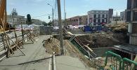 У котлована рядом со строящимся торговым центром на территории Ошского рынка обрушился тротуар вместе с почвой. 15 июня 2019 года