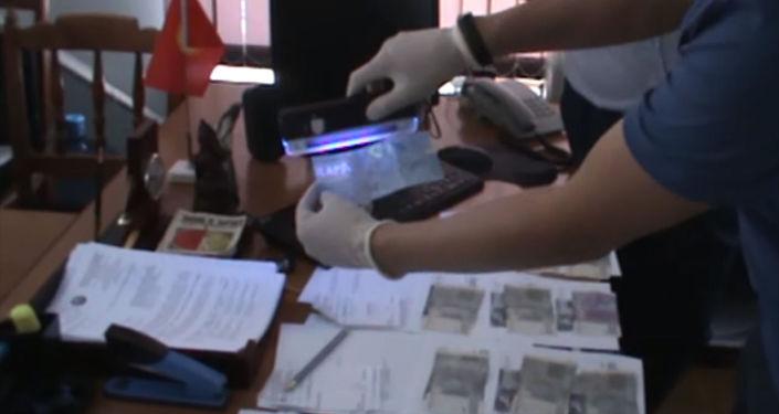 В Бишкеке задержали заведующего сектором торговли отдела экономики и финансов Октябрьской районной администрации при получении взятки в 14 тысяч сомов.