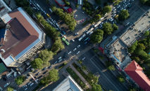 Автомобили на пересечении улиц Киевской и Абдрахманова в Бишкеке. Архивное фото