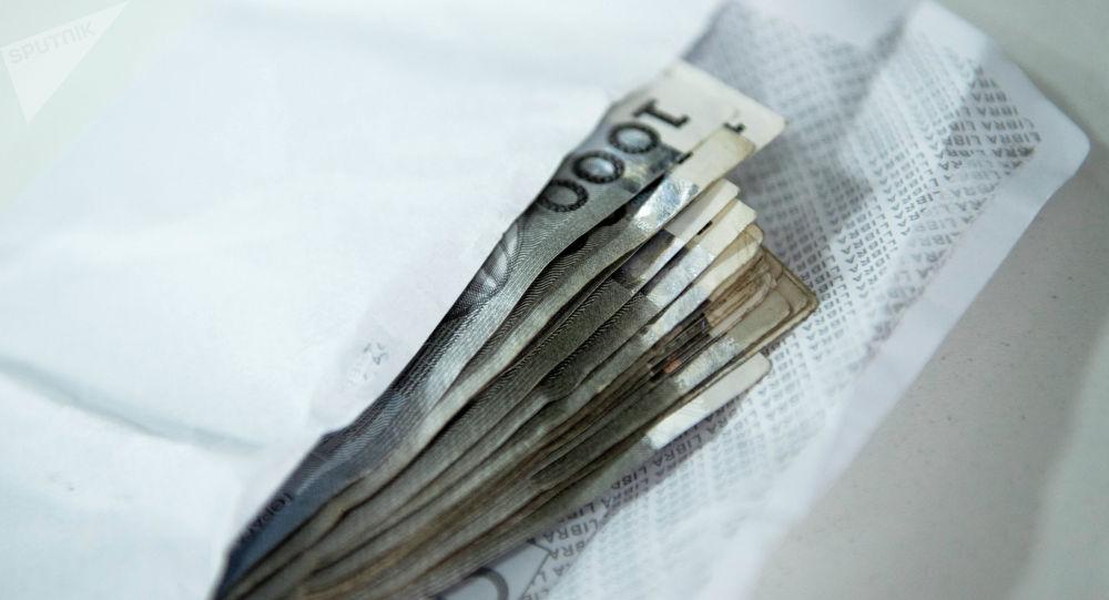 Конверт с деньгами на столе. Архивное фото