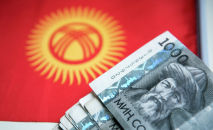 Тысяча сомовые купюры на фоне флага Кыргызской Республики. Архивное фото