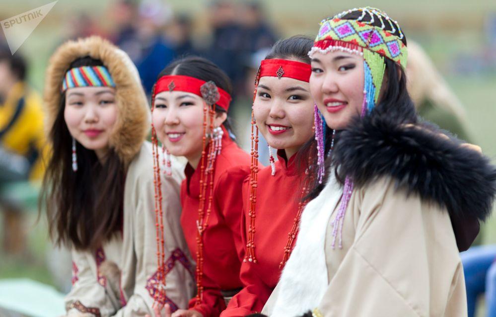 Участницы фестиваля в национальных костюмах