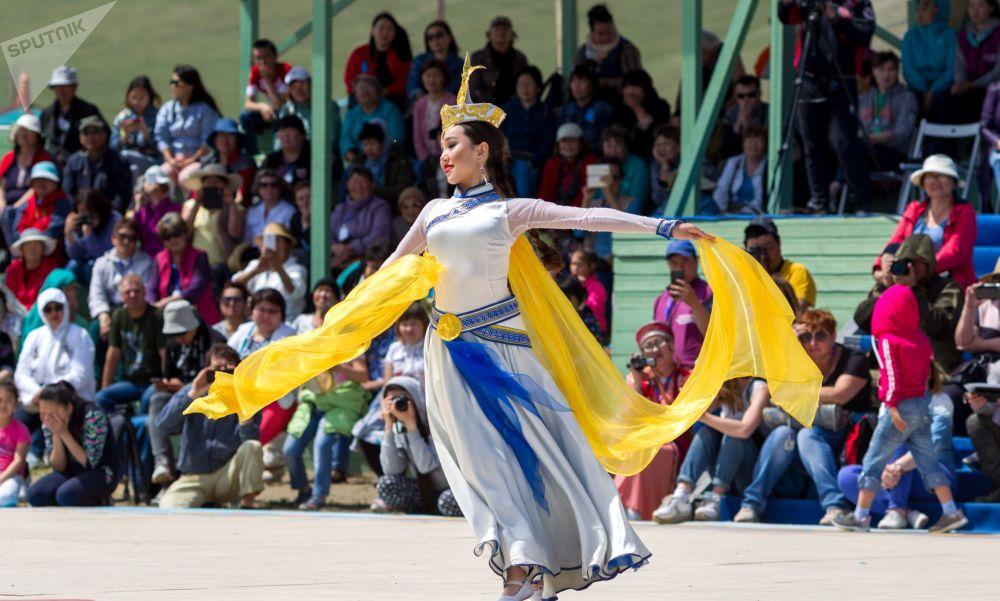 Участница конкурса этнического костюма Нити времени