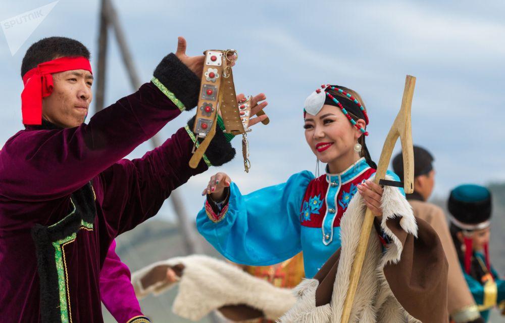Выступление артистов на торжественной церемонии открытия этнокультурного фестиваля Ёрдынские игры — игры народов Евразии.