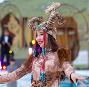 Кыргыздарга түспөлдөш бекен? Сибирь элинин кыздарынын жакшынакай сүрөттөрү