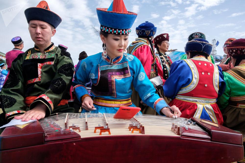 Кыргыздарда музыкалык жетиген аспабын сүйүп угушат. Анын теги Алтайдан экени айтылат
