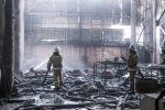 Сотрудники МЧС на месте возгорания в мебельном цехе на улице Матросова.