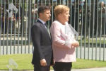 Берлинде Германия канцлери Ангела Меркель Украина президенти Владимир Зеленский менен жолугушуу учурунда аз жерден кулап кала жаздады. Бул туурасында РЕН ТВ жазды.
