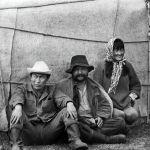 Тынуугу маалында боз үйдүн жанында эс алган Төлөмүш Океев, актер Советбек Жумадылов жана монтажер Ракия Шершенова. 1966-жыл, Суусамыр жайлоосу.