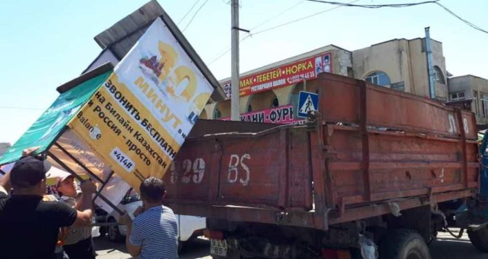 В Бишкеке на Ошском рынке продолжают ликвидировать точки стихийной торговли