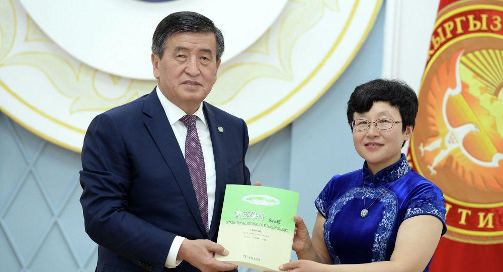 Кытай тарыхчылары кыргыздардын тарыхы тууралуу китеп жазып, аны президент Сооронбай Жээнбековго тартуулашты
