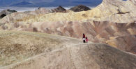Туристы идут по горному хребту в Национальном парке Долины Смерти, Калифорния. Архивное фото