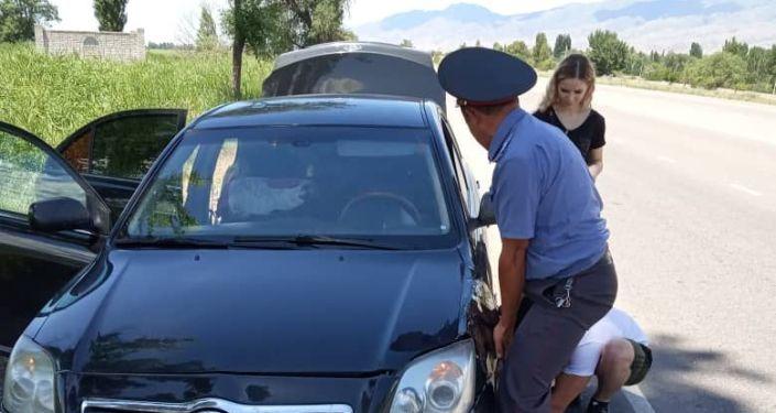 Милиционеры Чуйской области помогли казахстанским туристам, застрявшим по дороге на Иссык-Куль