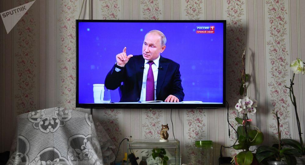 Прямая трансляция линии с президентом России Владимиром Путиным дома у молодого фермера Жасурбека Мамараилова из села Верх-Тула в Новосибирской области.