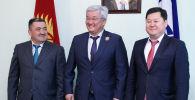Председатель Бишкекского городского кенеша Алмаз Кененбаев, экс-мэр Кубанычбек Кулматов и мэр Бишкека Албек Ибраимов.