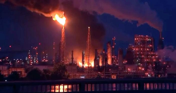 На нефтеперерабатывающем заводе Philadelphia Energy Solutions Refinery в США прогремели взрывы, а после вспыхнул сильный пожар.