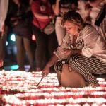 Одна из участниц мероприятия зажигает свечи