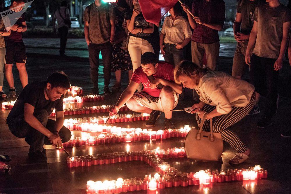 Участники акции выложили из свечей слово помним и пятиконечную звезду
