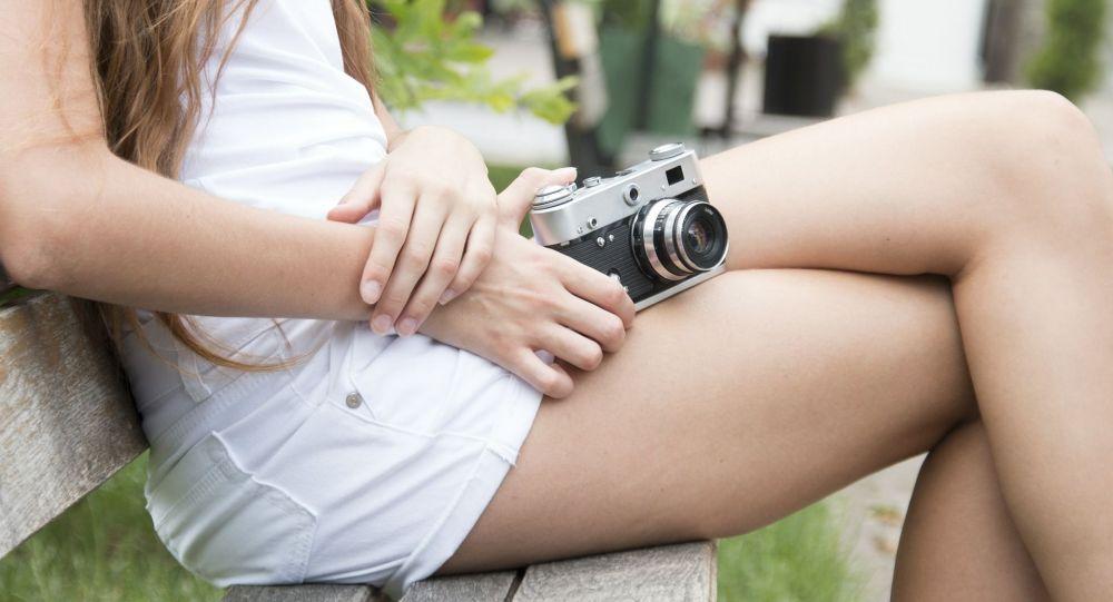 Девушка со старым фотоаппаратом. Архивное фото