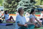В Центре Бишкека, на аллее у памятника Курманджан Датке, примерно 200 человек устроили флешмоб — занялись йогой