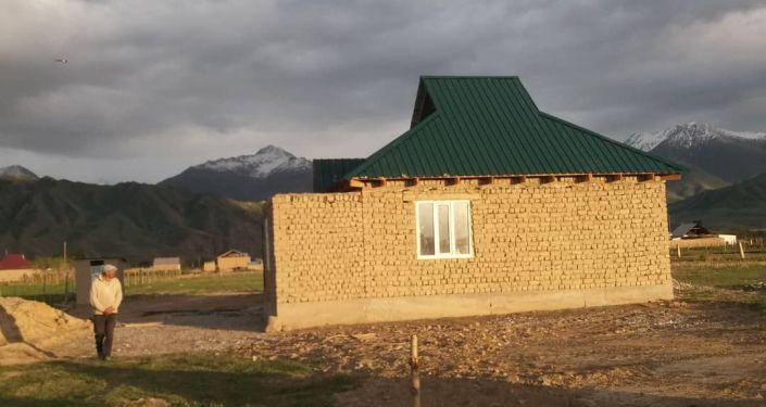 Постройка дома для матери одиночки в селе Казыбек Ат-Башинского района Нарынской области