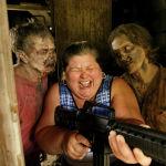 Посетительница развлекается в зомбиленде на месте съемок третьего сезона сериала Ходячие мертвецы