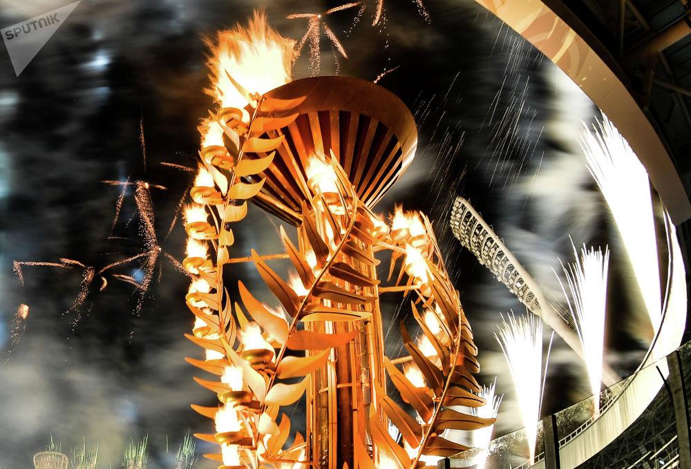 Салют над стадионом во время театрализованного представления на церемонии открытия II Европейских игр в Минске