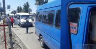 Мэрия Бишкека убирает маршрутные микроавтобусы, которые создают затор, организовав незаконную стоянку