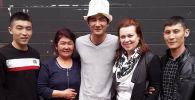 Россиянын НТВ телеканалынын Жди меня берүүсү латвиялык Бахтияр 27 жылдан кийин кыргыз энесин таап, аны менен биринчи жолу көрүшкөн видеосун жарыялаган.