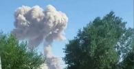 Дым поднимается с места взрывов на складе боеприпасов недалеко от города Арысь. Казахстан, 24 июня 2019 года