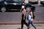 Девушки идут по улице во время жаркой погоды в Бишкеке. Архивное фото