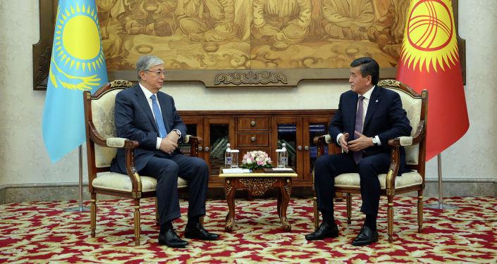 Президент Сооронбай Жээнбеков Казакстандын лидери Касым-Жомарт Токаев менен жолугуу учурунда