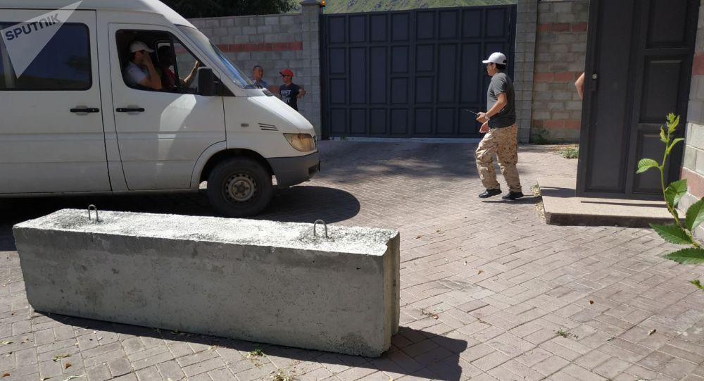 Экс-президент Алмазбек Атамбаевдин Кой-Таштагы үйүнүн алдына бетон тосмолор коюлду