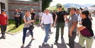 Экс-президент КР Алмазбек Атамбаев около своего дома в селе Кой-Таш где собираются люди