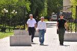 Член политсовета СДПК Фарид Ниязов и экс-президент КР Алмазбек Атамбаев около своего дома в селе Кой-Таш, где собираются люди