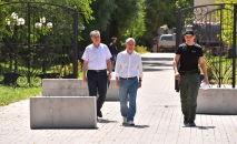 Член политсовета СДПК Фарид Ниязов и экс-президент КР Алмазбек Атамбаев около своего дома в селе Кой-Таш