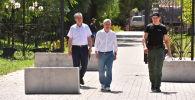 Член политсовета СДПК Фарид Ниязов и бывший президент КР Алмазбек Атамбаев. Архивное фото