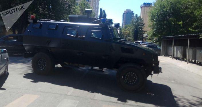 В центре Бишкека бронированные машины перекрыли улицу