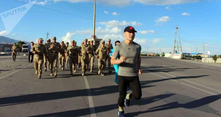 Старший сержант военной части №10128 нацгвардии Кайратбек Рапиев начал ультрамарафон по направлении  Балыкчы — Тоң — Каракол — Чолпон-Ата