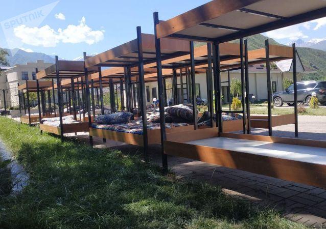 Двухяросные кровати на территории дома экс-президента КР Алмазбека Атамбаева в селе Кой-Таш