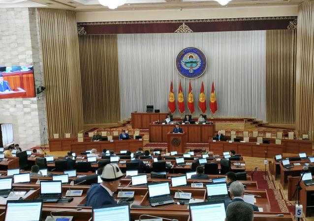 Генпрокурор Откурбек Жамшитов и начал зачитывать обвинения.