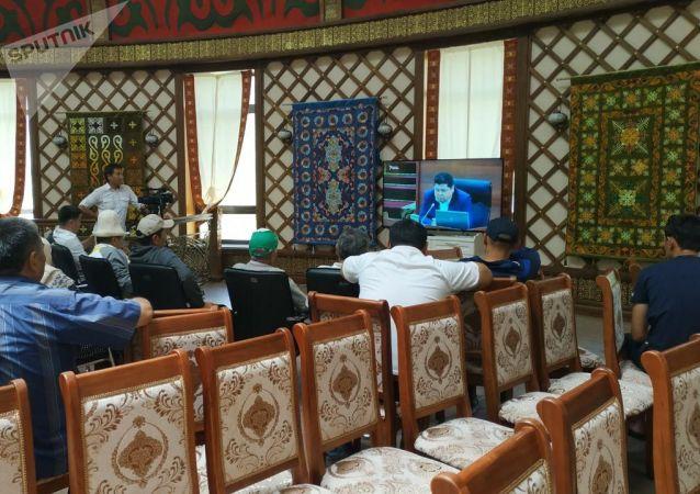 Люди смотрят заседание ЖК на территории дома экс-президента КР Алмазбека Атамбаева в селе Кой-Таш