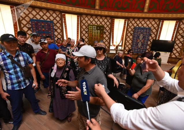 Экс-депутат ЖК Мээрбек Мискенбаев около дома экс-президента КР Алмазбека Атамбаева в селе Кой-Таш